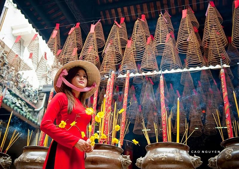 Hotgirl Châu Dương đi lễ chùa đầu năm 1
