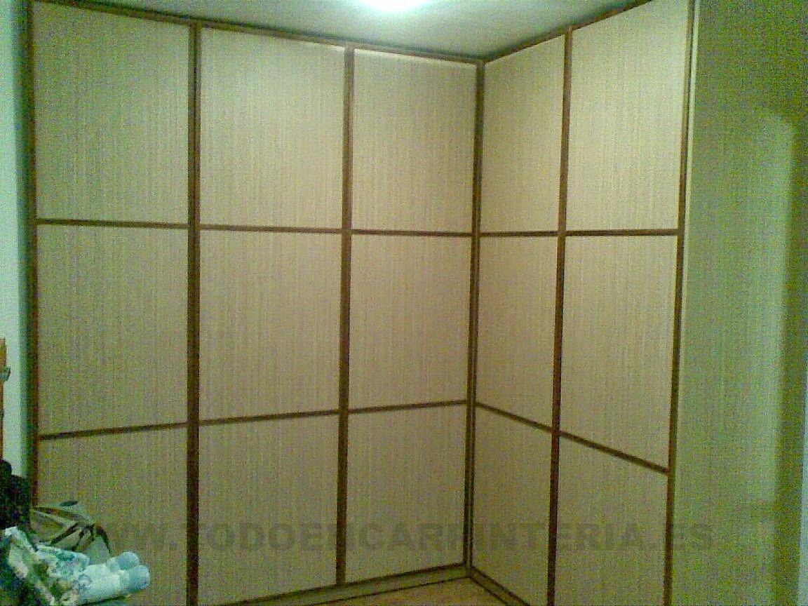 Puertas en un armario de rincón abatibles.