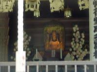 本尊は、宝冠阿弥陀如来、奥殿には秘仏・摩多羅神を祀っている。
