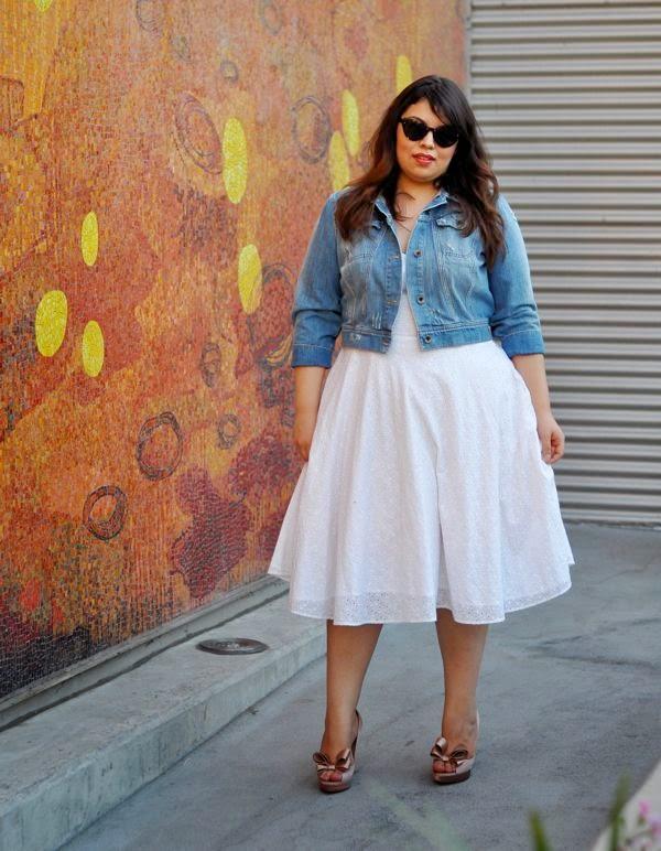 Moda plus size - moda tamanhos grandes vestido branco e casaco ganga