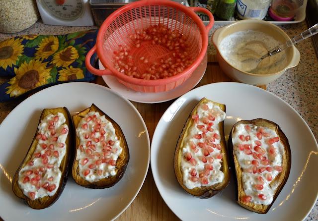 Pieczone bakłażany z sosem jogurtowym i granatem