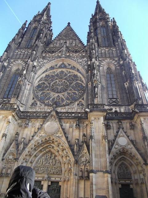 "<img src=""Prague.jpg"" alt=""Welcome to Prague"" />"