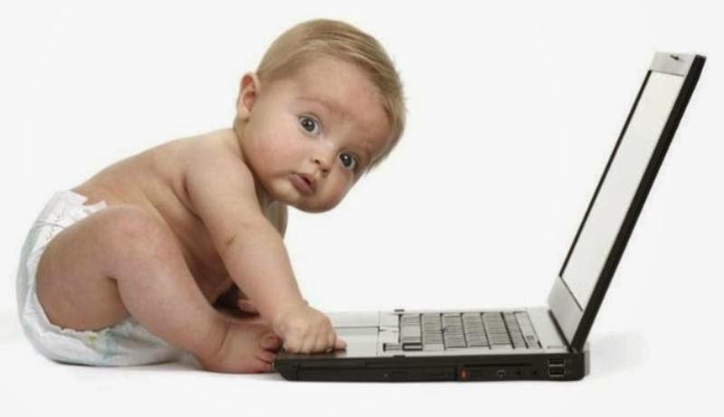 Gambar bayi lucu bermain laptop