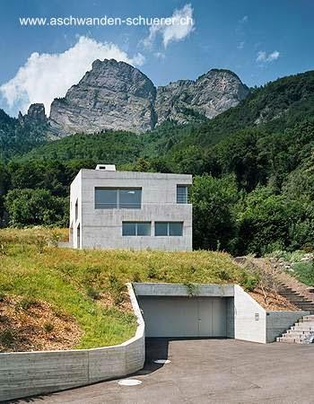 Versión minimalista de un chalet suizo hecha de concreto