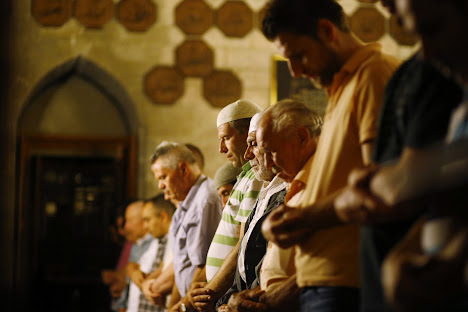 Shalat Tarawih di masjid Bajrakli