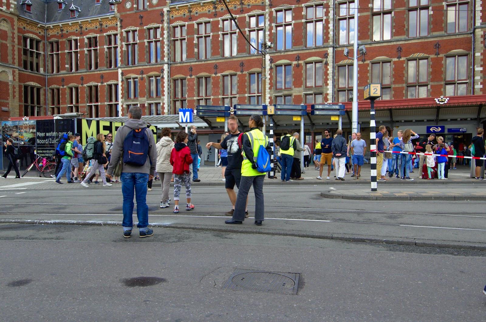 I confronti l 39 abisso che ci separa da amsterdam mezzi for Hotel amsterdam stazione