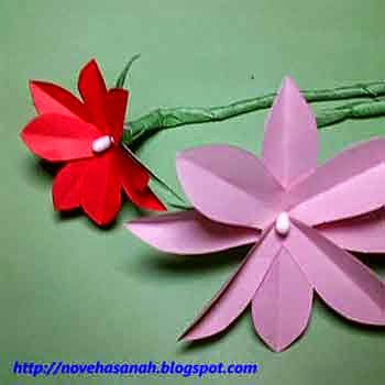lilitkan kertas hijau untuk menutupi kawat dan batang cotton bud agar rapi dan cantik