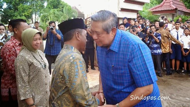 Mantan Presiden SBY saat berjabat tangan dengan Bupati Indartato