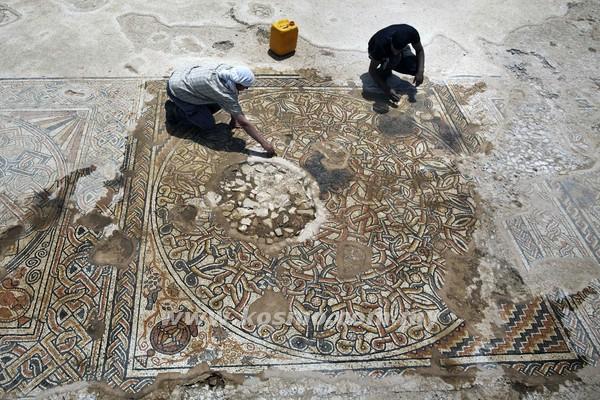 DUA ahli arkeologi membersihkan lantai mozek berusia 1,500 tahun yang ditemui dekat Kibbutz Beit Kama di Negev, Israel semalam.