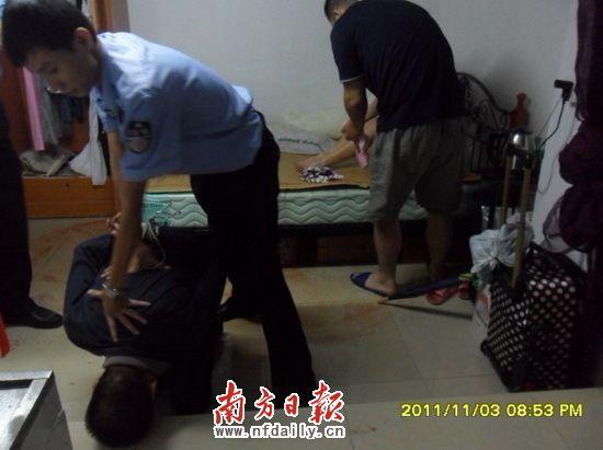 Lelaki berpakaian hitam ditahan oleh pihak polis.