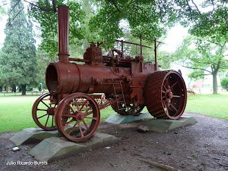 Maquinaria agrícola y carruajes antiguos.