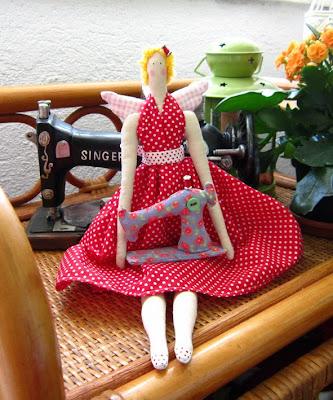 тильда со швейной машинкой