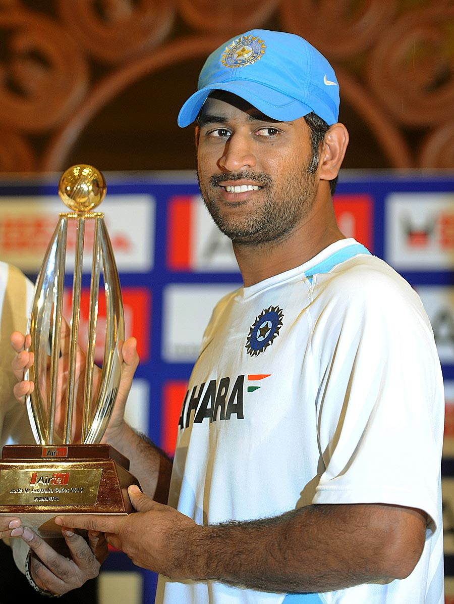 dhoni%2Bwith%2Bcup-718454