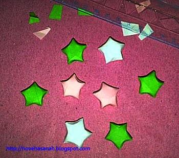 contoh hasil kerajinan tangan dari potongan kertas bekas yang berbentuk bintang, sangat cocok untuk anak-anak kelas 4 sampai 5 SD