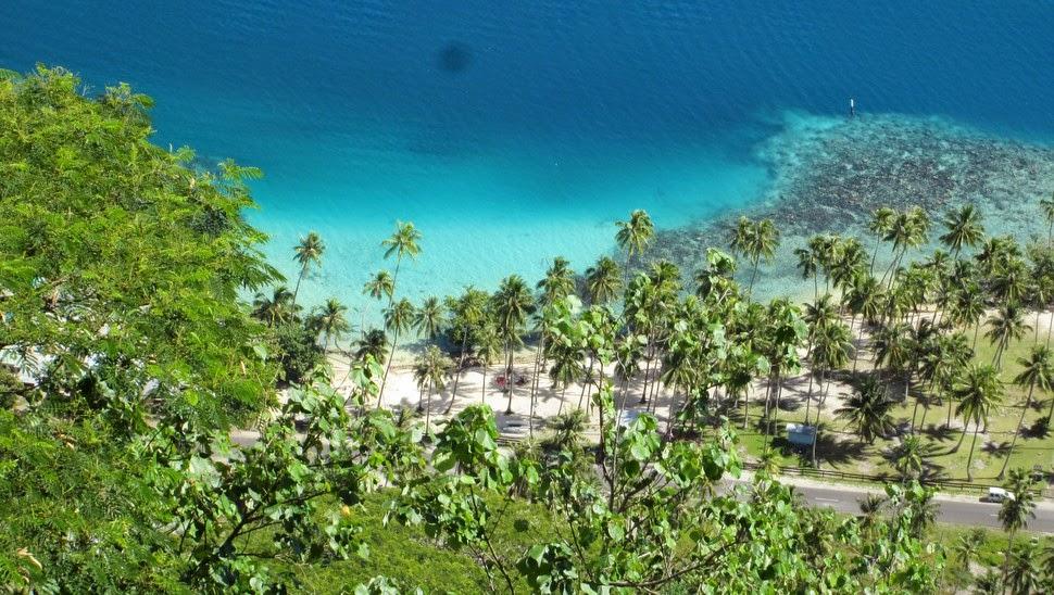 Plage de sable blanc à Moorea Polynésie