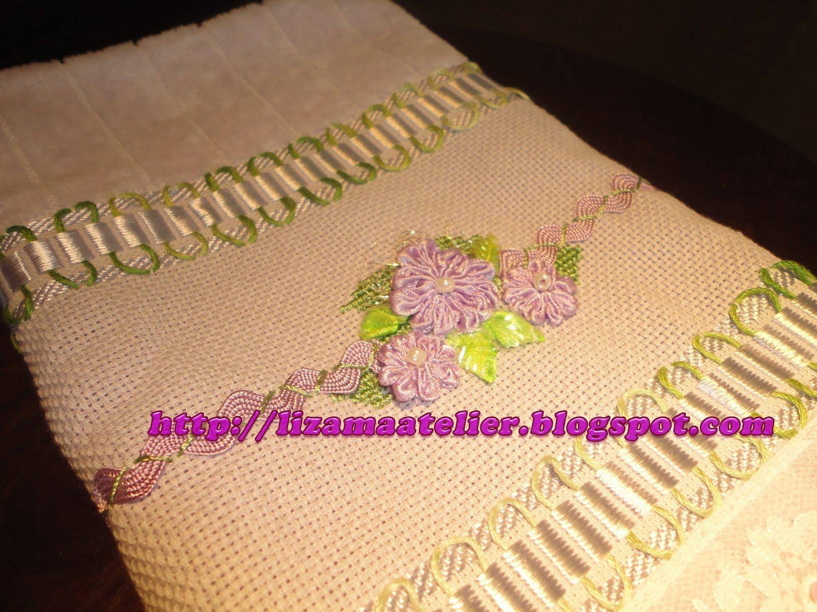 bordada com fita de cetim, sianinha, ponto de cruz e bico de renda