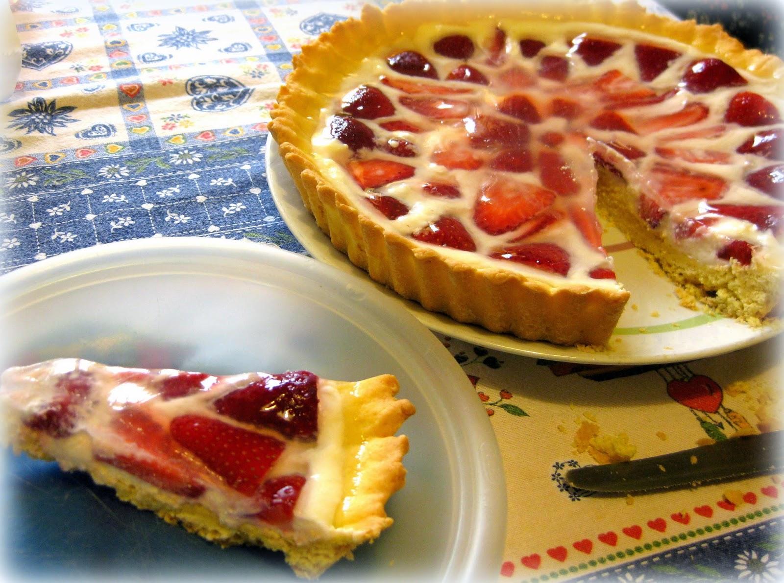 La ricetta della crostata di fragole con crema alla ricotta è un dolce facile da preparare con le fragole di stagione