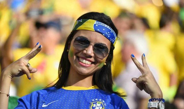 Foto-Foto Suporter Cantik Hiasi Laga Pembuka Piala Dunia 2014