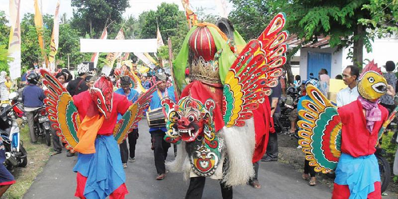 Tradisi Barong Ider Bumi masyarakat Osing Desa Kemiren, Banyuwangi setiap hari kedua bulan Syawal.