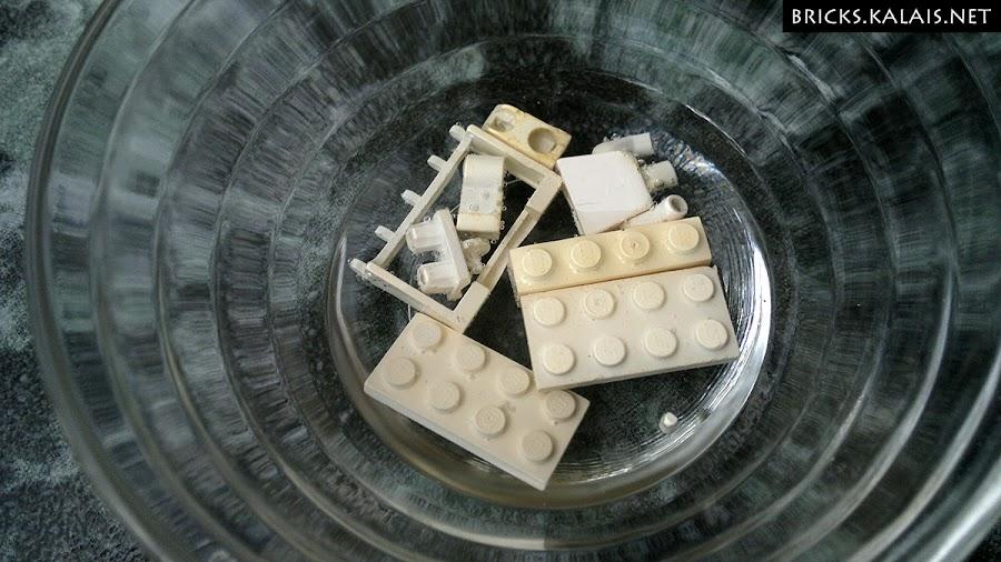 4. Białe bricki moczą się w nadtlenku wodoru.