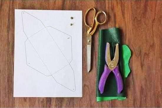 Siapkan bahannya yaitu selembar bahan kulit, gunting, pelubang, dan ...