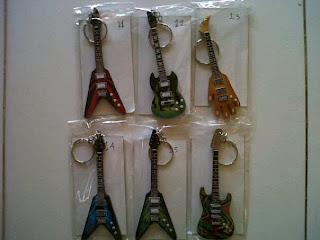 souvenir pernikahan berguna gantungan kunci gitar 4500