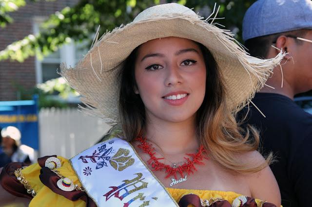 hermosa reina del desfile ecuatorian mostrando uno de los trajes tradicionales