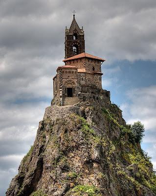 http://4.bp.blogspot.com/-4gZkBtx0h80/TVRwxyTGPnI/AAAAAAAABM4/buijT2r1xYk/s1600/10-Unusual-Churches-Caint-Michel-dAiguilhe-Chapel-1.jpg