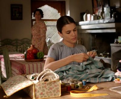 Sira Quiroga blusa gris. El tiempo entre costuras. Capítulo 2.