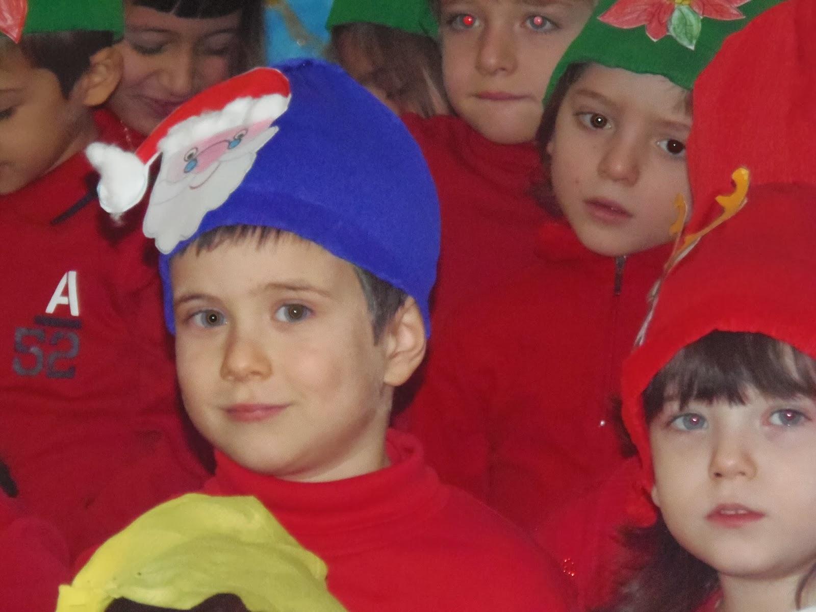 C ¨ un momento bellissimo durante le recite di Natale dei nostri bambini C ¨ un istante veloce piccolo microscopico durante gli appalusi i canti