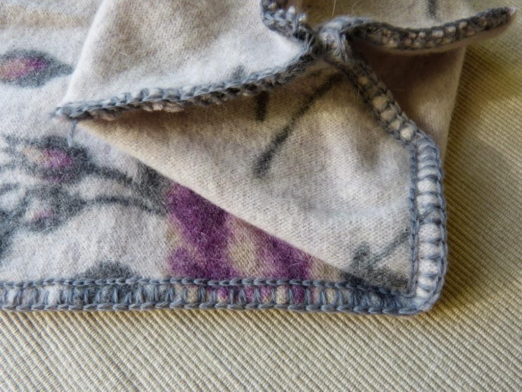 czapka krasnal, czapka smerfetka, czapka beanie, jak uszyć czapeczkę ze starego swetra, czapka handmade, zszywanie za pomocą szydełka,