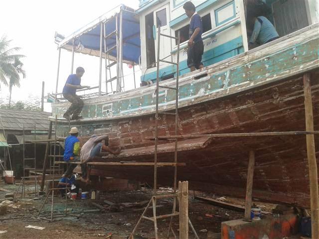 Arreglando el barco de Pura Vida