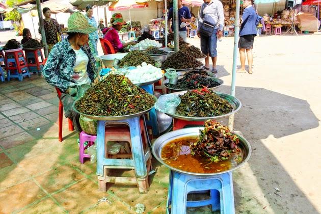 De différentes espèces d'insectes comestibles sont présentées aux locaux et étrangers à Skun, à quelque 70 km au nord de la capitale de Phnom Penh, sur la Nationale 6. En général, les passagers qui voyagent en autobus ou en véhicules privés s'arrêtent à Skun  pour acheter divers aliments et produits agricoles locaux, en particulier des insectes.