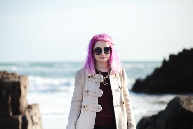 fashion blogger pink hair on the beach