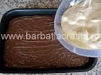 Prajitura Deliciu cu blat din nuca preparare reteta - intindem jumatate din crema peste ciocolata