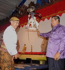 Ki Manteb Sudarsono salah satu dalang kenamaan di era sekarang. Sumber: presidensby.info