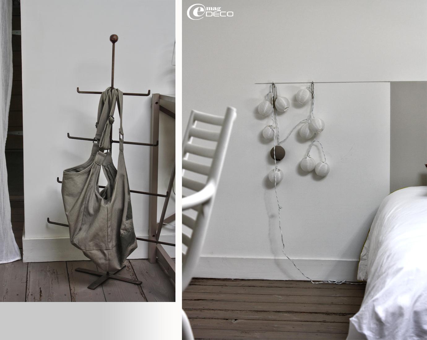 Porte-sac en forme de sapin de noël en fer et guirlande mumineuse boule suspendu à une ligne peinte sur le mur