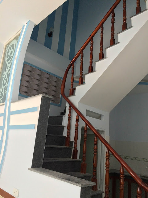 Cầu thang được đúc tay vịn bằng gỗ