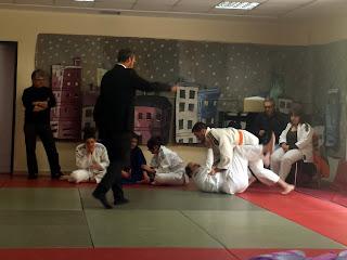 Ζευγάρι ανδρών σε αγώνα judo
