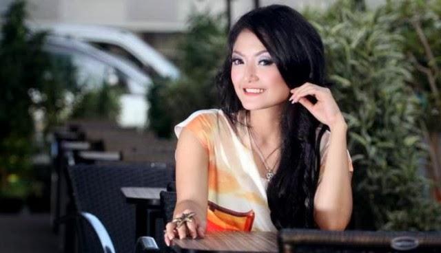 Foto-Foto Bugil Siti Badriah Hebohkan Facebook dan Twitter