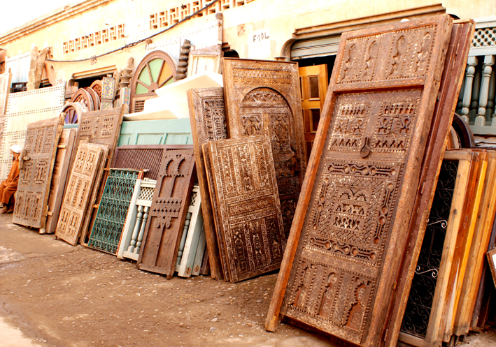Buying antique Moroccan doors at the Marrakech flea market - Bab el Khemis - Buying Antique Moroccan Doors At The Marrakech Flea Market - Bab El