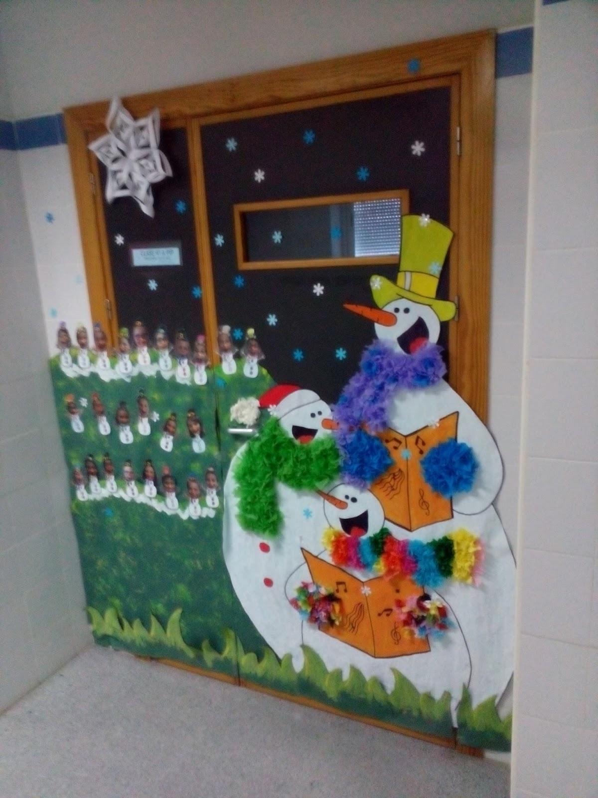 Manualidades escolares decoraci n de puertas for Puertas decoradas navidad material reciclable