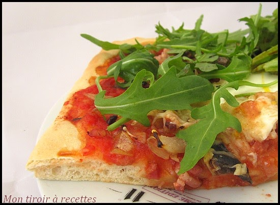 Pâte à pizza à la main