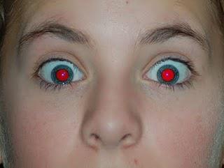 لماذا تظهر العين حمراء عند التصوير؟