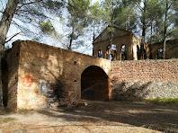 Una altra vista de l'estructura que aguantava el castellet del pou principal, de l'edifici de la maquinària i del mur de contenció principal entre el nivell intermedi i el superior. Destaca per la seva solidesa i pel aprofitament que en fa dels materials de la zona