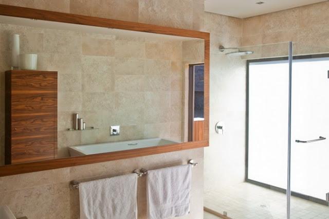 Ванная комната в доме с прозрачными стенами