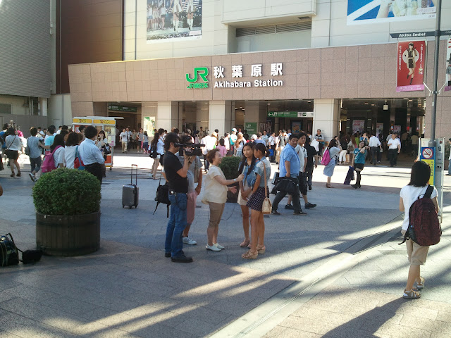 8月27日AKB48前田敦子あっちゃんの卒業式の日にAKB48劇場の周辺で取材・撮影をするマスコミスタッフさん
