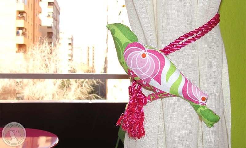 Pájaro de patchwork para recoger las cortinas