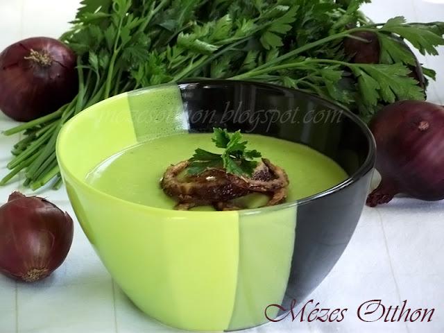 zöldborsó krémleves sült hagymával fotó