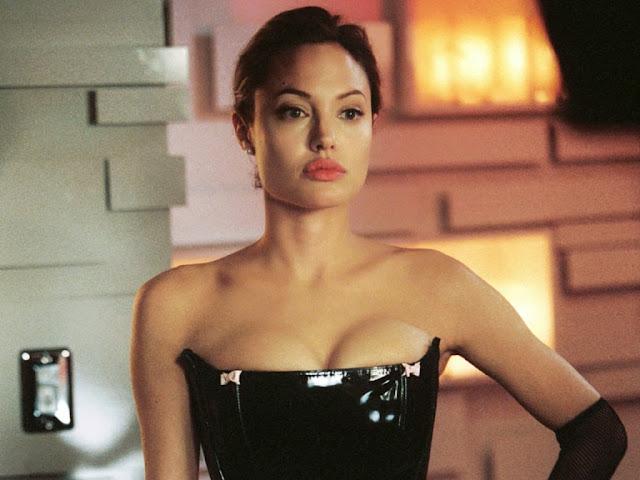 """Анджелина Джоли в обтягивающем платье из фильма """"Мистер и Миссис Смит"""""""